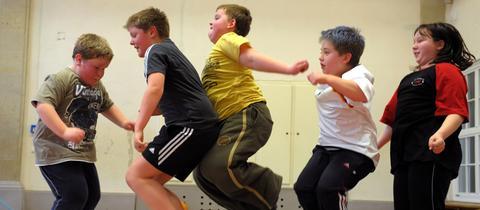 Adipöse Kinder beim Seilchen springen
