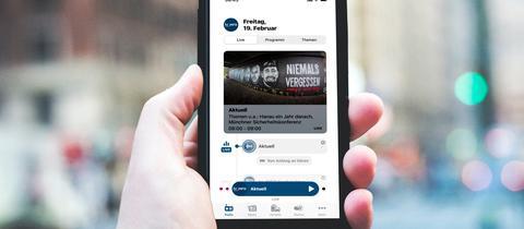 Smartphone mit der neuen hr-iNFO-App