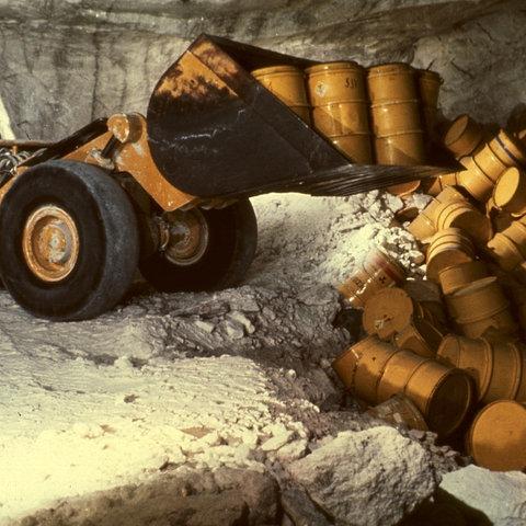 Atommüll-Fässer werden im Salzbergwerk Asse abgeladen
