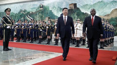 Cyril Ramaphosa, Präsident von Südafrika (r) und Xi Jinping, Präsident von China (M)