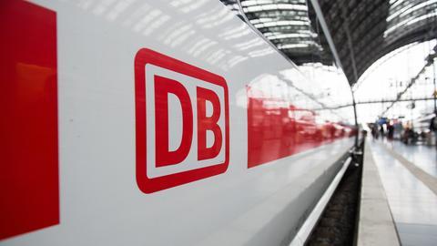 Deutsche Bahn-Logo auf Zug im Bahnhof