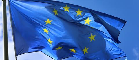 Europa-Flagge vor blauem Himmel