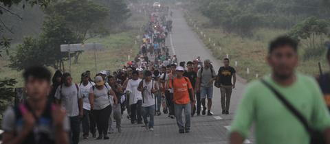 Tausende Migranten aus Mittelamerika marschieren auf einer Straße in Huixtla im Bundesstaat Chiapas