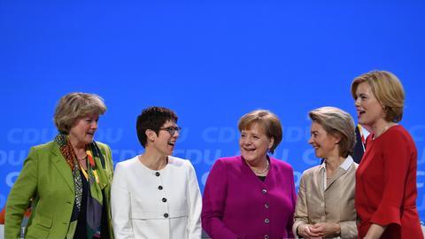 Bundeskanzlerin Angela Merkel steht neben Annegret Kramp-Karrenbauer, Monika Grütters, Ursula von der Leyen und Julia Klöckner