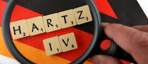 """Die Buchstaben """"Hartz IV"""" werden unter die Lupe genommen"""