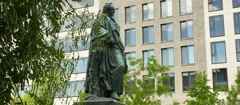 Goethe Statue mit neuen Bäumen