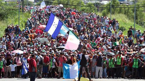 Migranten aus Mittelamerika, unter anderem Honduras, marschieren in Richtung USA