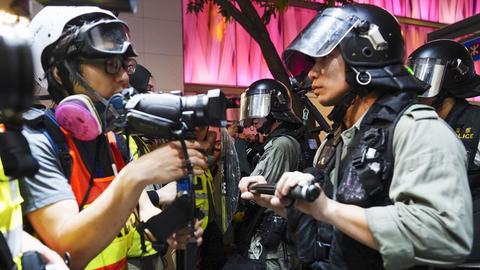 Demonstrand steht Polizist gegenüber in Hongkong
