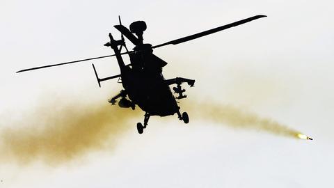 Hubschrauber schießt Rakete ab