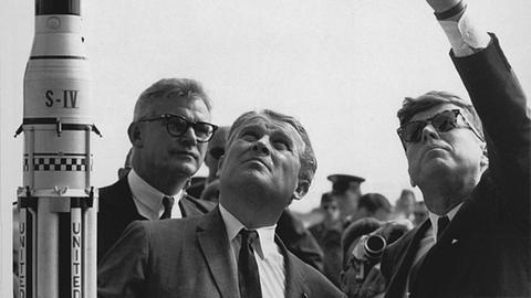 John F. Kennedy neben dem deutschen Raketenkonstrukteur Wernher von Braun