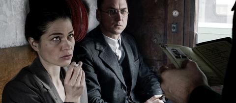 """Lars Eidinger als Bertolt Brecht und Meike Droste als seine Frau Helene Weigel in einer Szene des Films """"Mackie Messer - Brechts Dreigroschenfilm"""""""