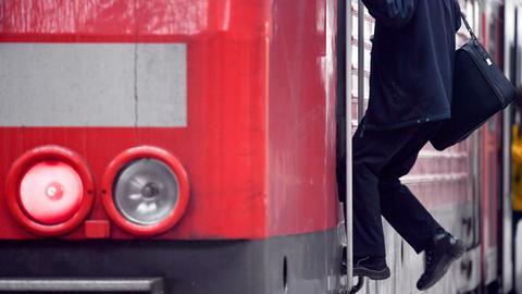 Lokführer steigt in einen Zug der Deutschen Bahn