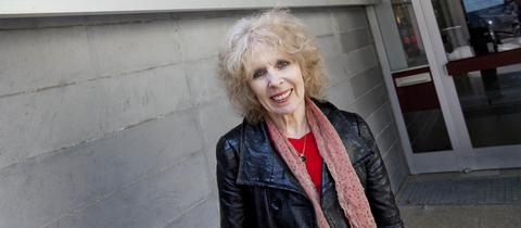Marianne Leuzinger-Bohleber vor dem Sigmund-Freud-Institut
