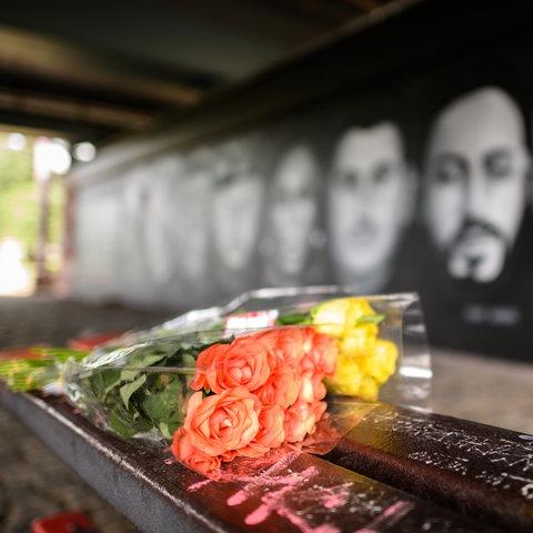 Graffiti, welches unter der Friedensbrücke in Frankfurt an die Opfer des rechten Terroranschlages von Hanau erinnert