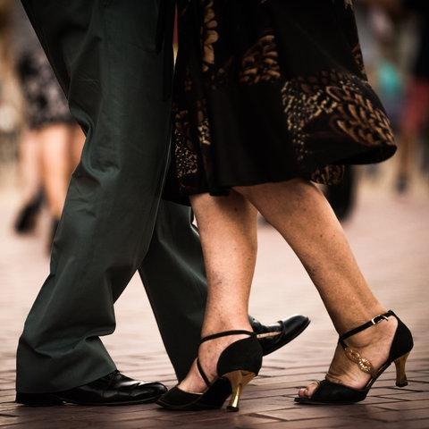 Man sieht die Beine und Füße von zwei Menschen, die Tango tanzen