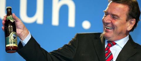 Gerhard Schröder mit einer Flasche Bier