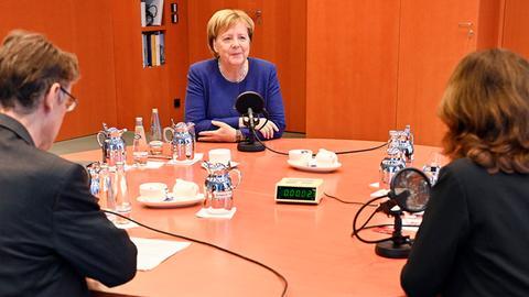 Kanzlerin Angela Merkel (m.) im Interview mit hr-iNFO-Programmleiterin Katja Marx und Hauptstadtkorrespondent Andreas Reuter