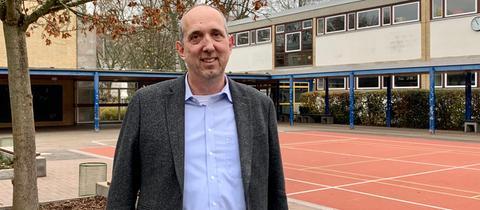 Benedikt Gehrling auf dem Pausenhof seiner Schule