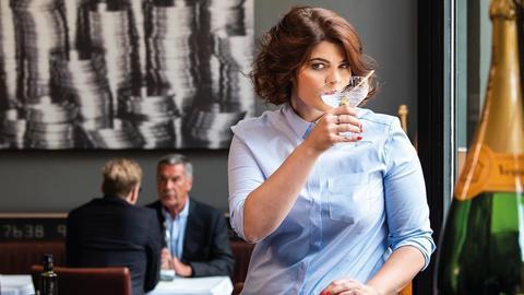 Sophie Passmann schlürft Alkohol