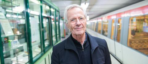 """Christoph Busch vor seinem Erzähl-Kiosk im U-Bahnhof """"Emilienstraße"""""""