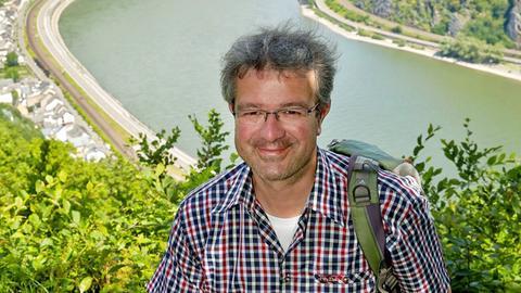 Manuel Andrack bei einer Wanderung auf der Traumschleife Rheingold bei Hirzenach.