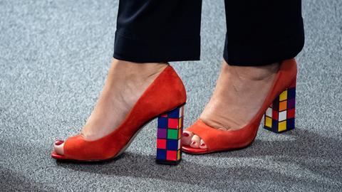 Die High Heels von Christine Lambrecht haben Absätze, die wie ein Zauberwürfel aussehen.