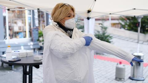 Die DRK-Kreisvorsitzende und Ärztin Dr. Lisa Federle bereitet sich fuer die Corona-Tests auf dem Tuebinger Marktplatz vor.