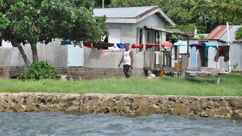 Ein Dorf auf den Fidschi-Inseln liegt gefährlich nah am Wasser