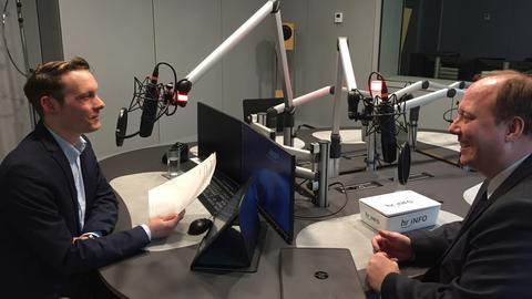 Helge Braun mit hr-iNFO-Hauptstadtkorrespondent Christoph Scheld