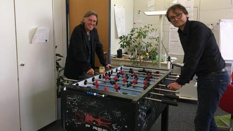 Norbert Scheuer und Oliver Günther (von links) duellieren sich am Tischkicker.