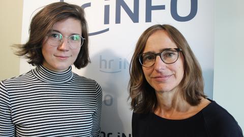 Autorin Miku Sophie Kühmel mit hr-iNFO-Redakteurin Juliane Orth