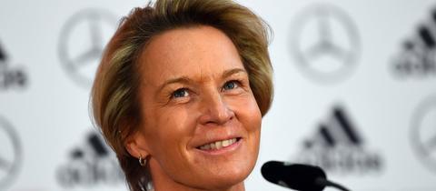 Martina Voss-Tecklenburg wird auf einer PK des DFBs als neue Bundestrainerin vorgestellt.