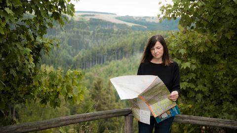 Schriftstellerin Kati Naumann mit einer Landkarte in der Hand