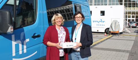 Claudia Klütsch mit hr-iNFO-Moderatorin Mariela Milkowa