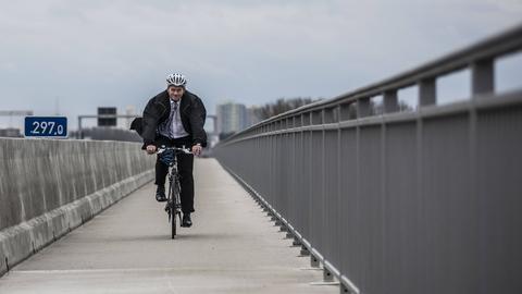 Andreas Kowol auf einem Fahrrad