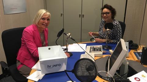 Kristina Sinemus mit hr-iNFO-Landtagskorrespondentin Heidi Radvilas