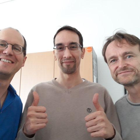 Benjamin Kunz-Mejri (Mitte) mit den hr-iNFO-Redakteuren Henning Steiner (links) und Oliver Günther