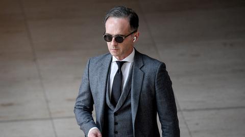 Heiko Maas in Anzug und mit Sonnenbrille
