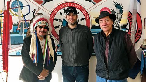 Manuel Menrath (Mitte) mit Chief Bart Meekis (links) und Deputy-Chief Robert Kakegamic (rechts)