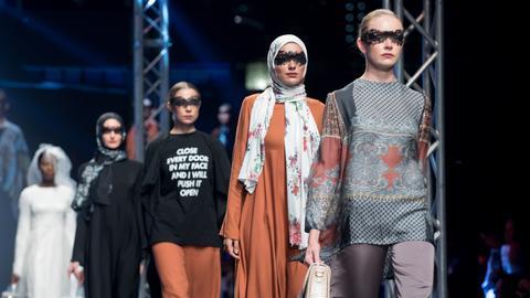 Models auf dem Laufsteg der Dubai Modest Fashion Week
