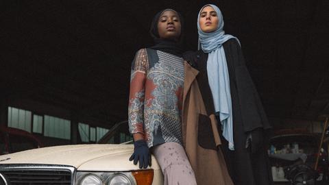 """Models mit Kleidern aus der aktuellen """"Mizaan""""-Kollektion"""