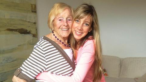 Oma Fritzsche mit Enkelin Anja Fritzsche 2 - Aufmacher