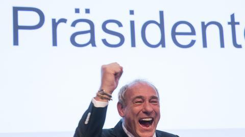 Peter Fischer freut sich über seine Wiederwahl als Präsident von Eintracht Frankfurt.