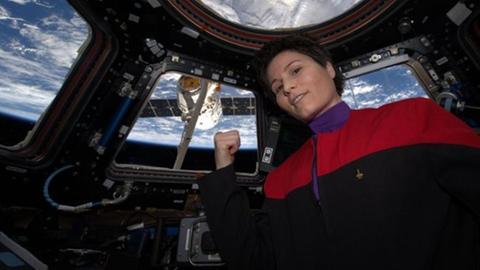 Samantha Cristoforetti in Star Trek Uniform auf der ISS