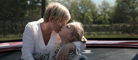 Sandra Roth hält ihre Tochter Lotta im Arm