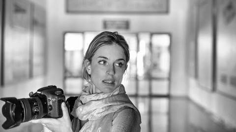 Julia Leeb mit Fotoapparat
