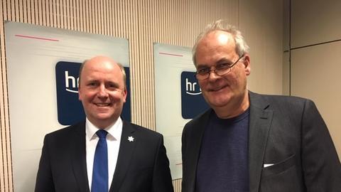 Uwe Becker, Antisemitismus-Beauftrager des Landes Hessen mit Christopher Plass, Landtagskorrespondent hr