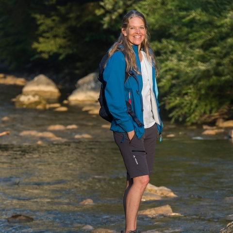 Antje von Dewitz steht in einem kleinen Fluß.