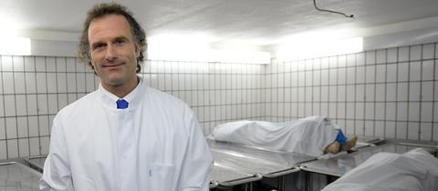 Marcel A. Verhoff, Direktor des Instituts für Rechtsmedizin, im Kühlraum mit zwei Leichen