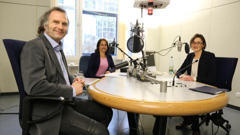 Marcel A. Verhoff mit Heike Borufka und Mariela Milkowa im hr-iNFO-Studio